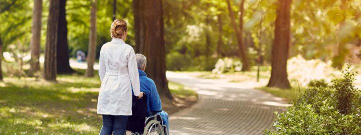 Jak dbać o zdrowie seniora latem?