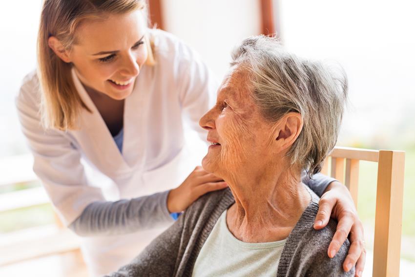 Jak wygląda opieka nad starszymi osobami