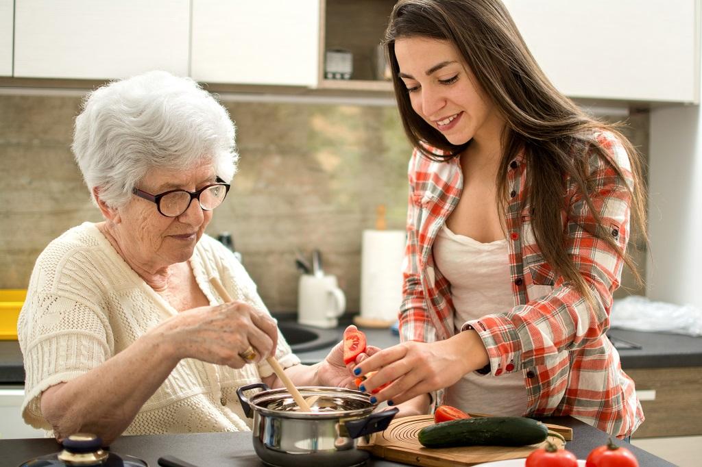 Wspólne gotowanie z seniorem