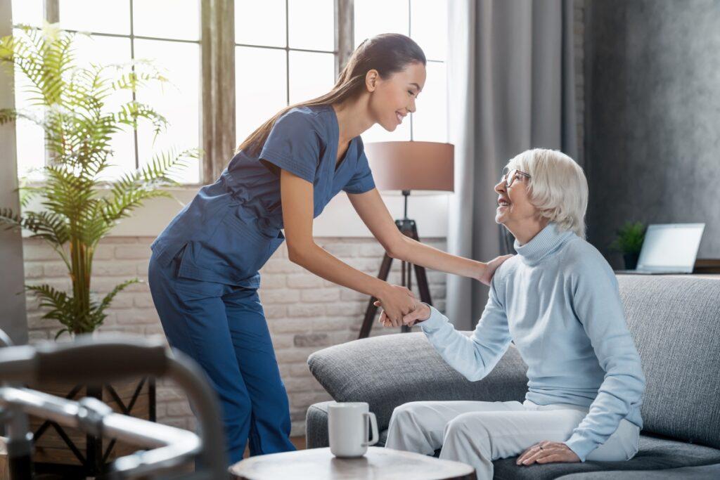 pomoc przy słabowidzącym seniorze
